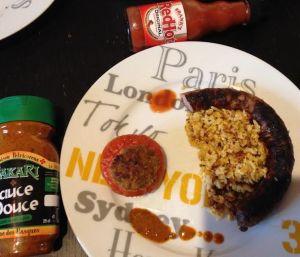 Tomate farcie accompagnée des sauces